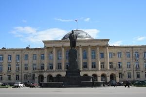 Stalin står fortfarande staty framför Goris kommunhus.